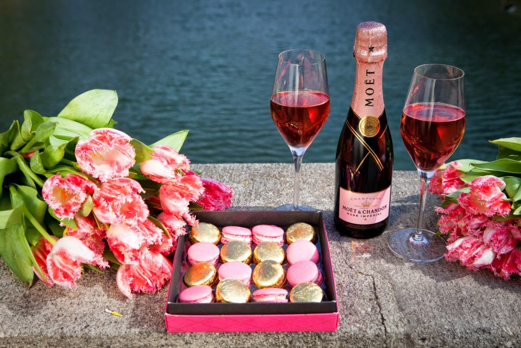 чем открытки торт шампанское цветы этом году